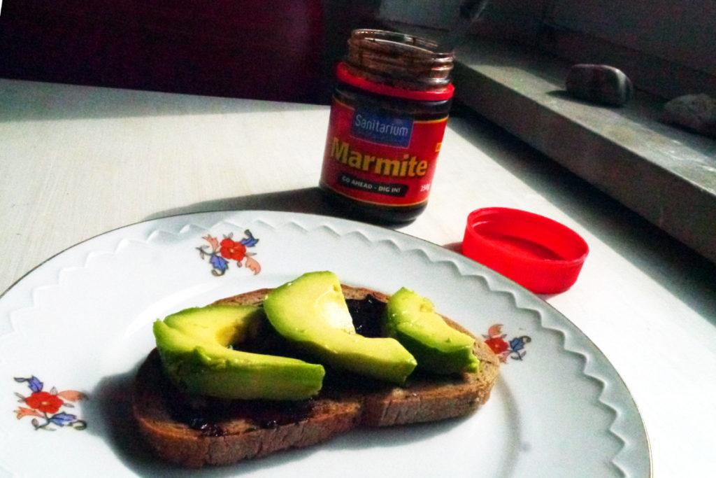 Brot mit Marmite und Avocado