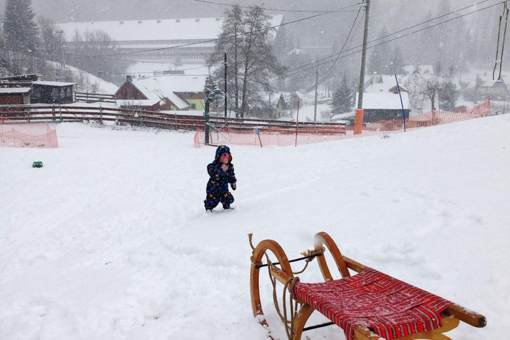 Mit Schlitten und Kind auf die Skipiste