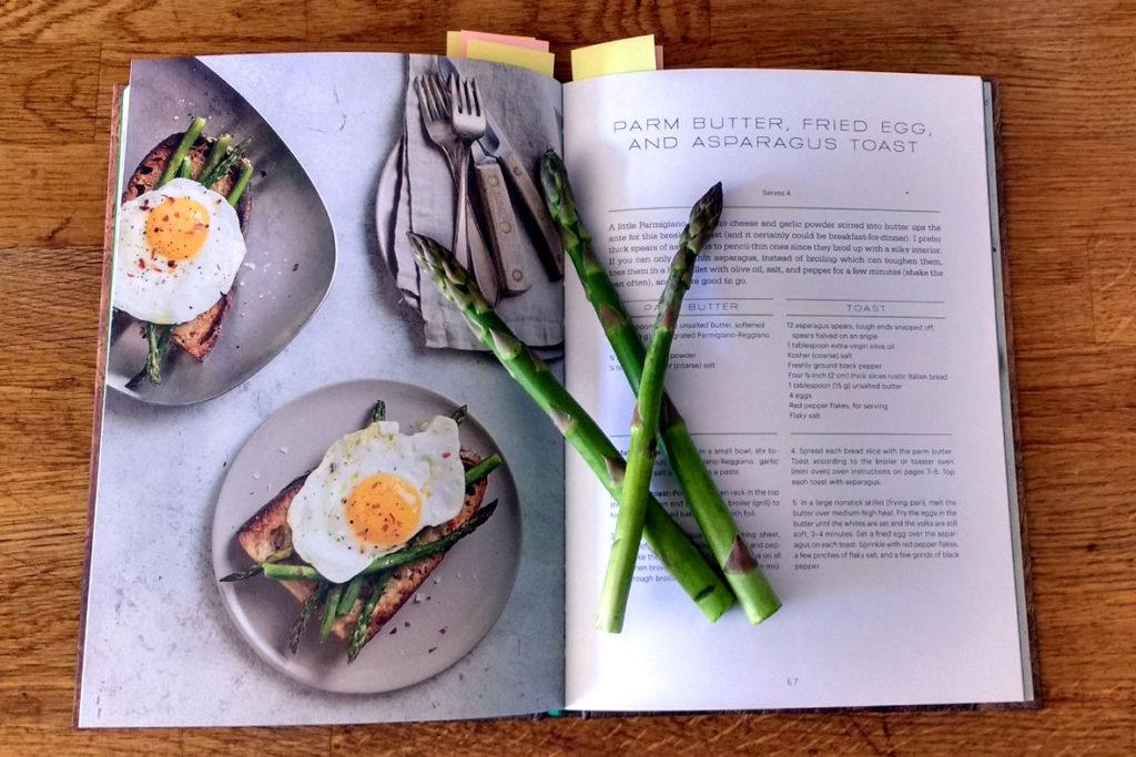 """Das Kochbuch """"Toast"""" samt grünem Spargel für eines der Rezepte"""
