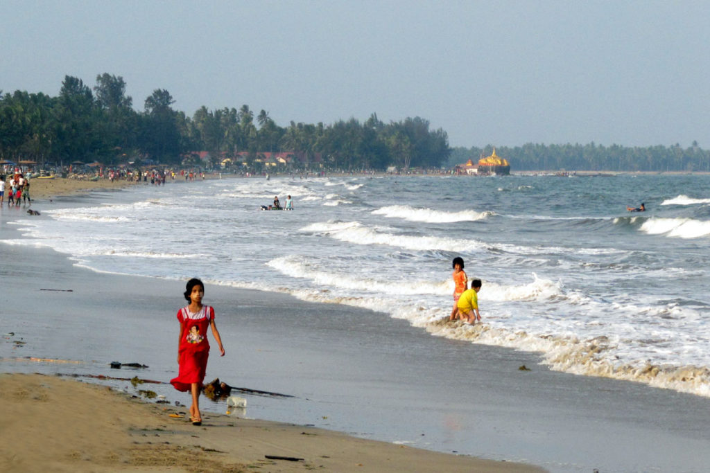 Strandszene mit Pagode am Chaungtha Beach