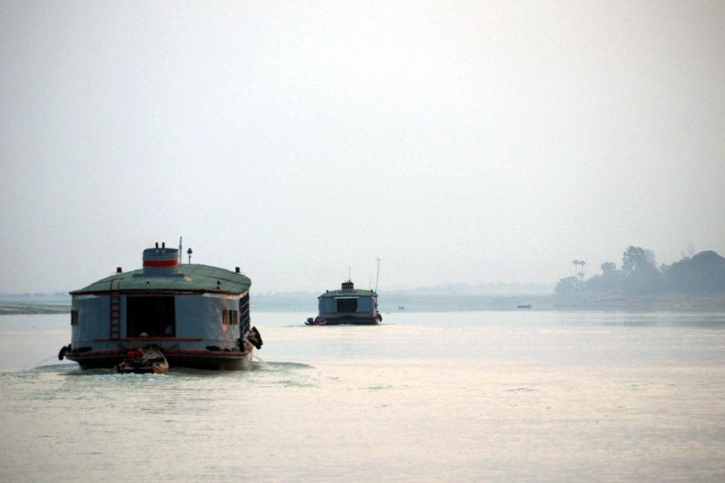 Schiffe auf dem Irrawaddy-Fluss