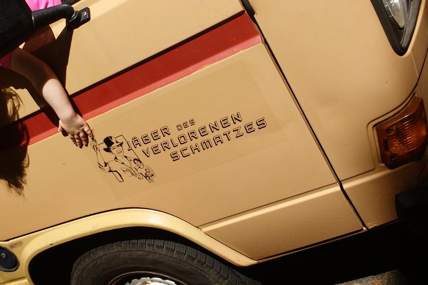Der Bus der Jäger des verlorenen Schmatzes mit Logo