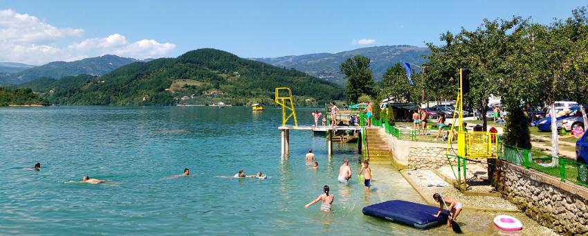 Wimmelbild: Strandbad am Jablanicko See