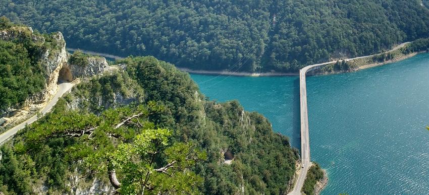20170103_balkan-roadtrip-mit-dem-bulli-episode-3-montenegro-6-serpentinen-pivsko-jezero-c-julia-schoon