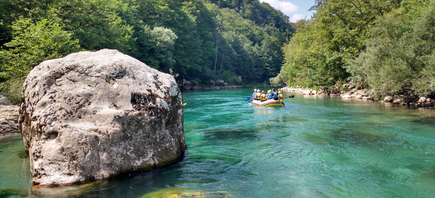 20170103_balkan-roadtrip-mit-dem-bulli-episode-3-montenegro-rafting-tara-camp-grab-c-julia-schoon