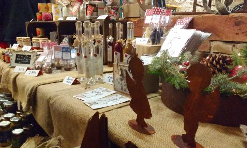 Auf der Waldweihnacht wird Kunsthandwerk und Kulinarisches verkauft