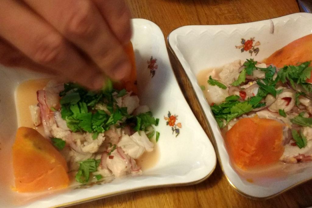 Blitzschnell selbst gemacht: Ceviche, die peruanischen Sushi, aus rohem Fisch, Limettensaft, Zwiebeln, Chili und Koriander