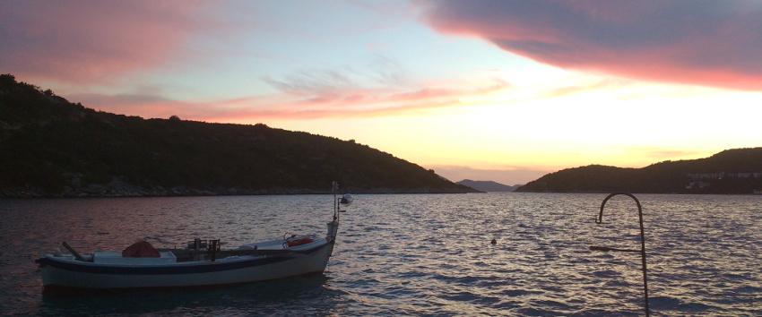 Kroatiens Adriaküste bei Sonnenuntergang