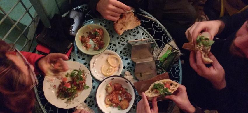 Abendessen mit gerade kennengelernten Couchsurfing-Freunden