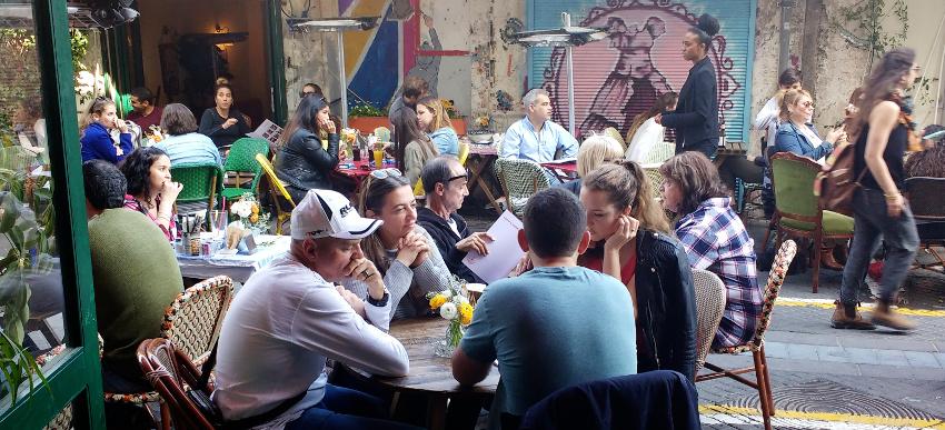 Samstag Nachmittag in der Altstadt von Jaffa: volle Straßencafés, Musik, Drinks