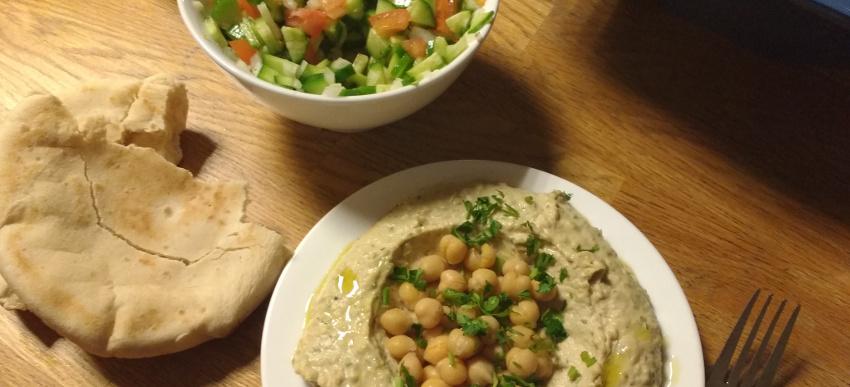 Zum Hummus passt phantastisch ein frischer Gurken-Tomaten-Zwiebel-Salat