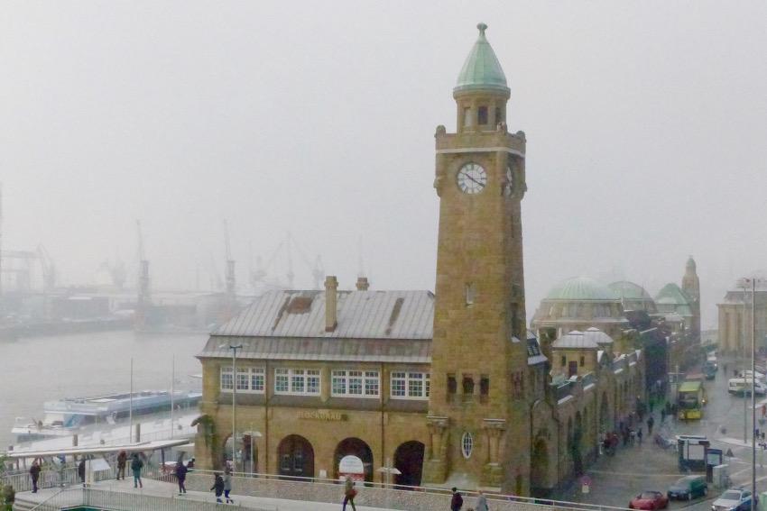 Kennt jeder, der schon mal Hamburg besichtigt hat: die Landungsbrücken