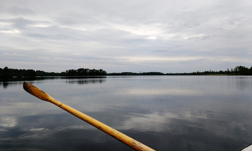Bullerbü-Ferien in Smaland_Schweden_Angeln vom Ruderboot am Ferienhaus See