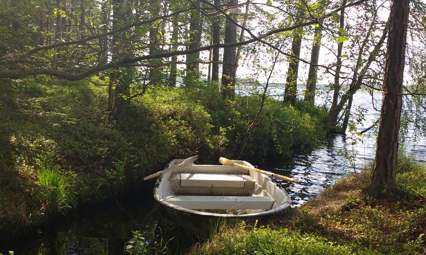 Bullerbü-Ferien in Smaland_Schweden_Ruderboot an unserem See im Wald