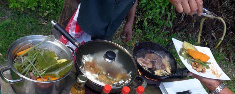 Mit einem Klapptisch und einem Gaskocher zaubert Maori-Koch Charles Royal auch im neuseeländischen Busch ein Festmahl