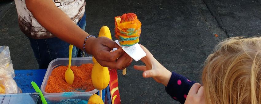 7 krasse Delikatessen in Mexiko - Mango mit Streusseln (c) www.jaegerdesverlorenenschmatzes.de