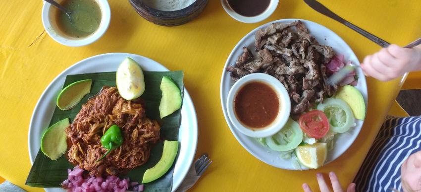 Köstlich: Cochinita Pibil (links), im Erdofen gegartes, superzartes Schweinefleisch