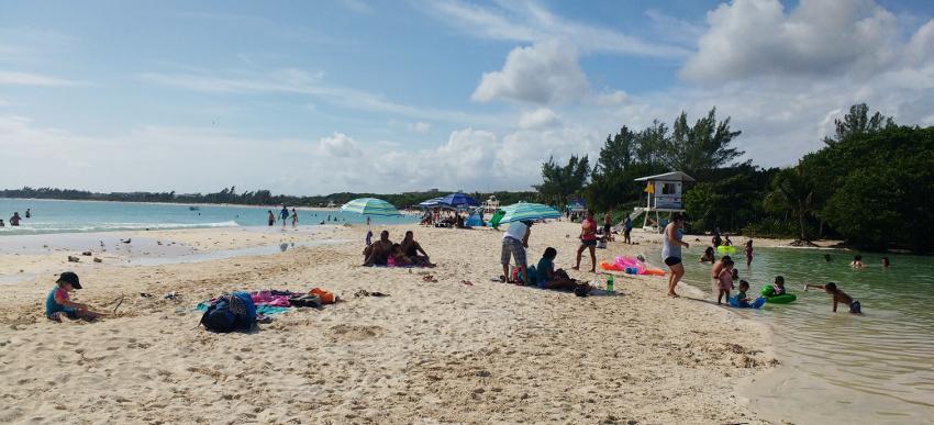 Links das Meer, rechts die Cenote: dieser Strandabschnitt von Playa del Carmen ist auch bei den Einheimischen beliebt