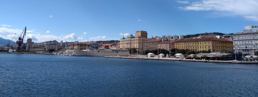 Blick auf die Altstadt von Rijeka über das Hafenbecken hinweg