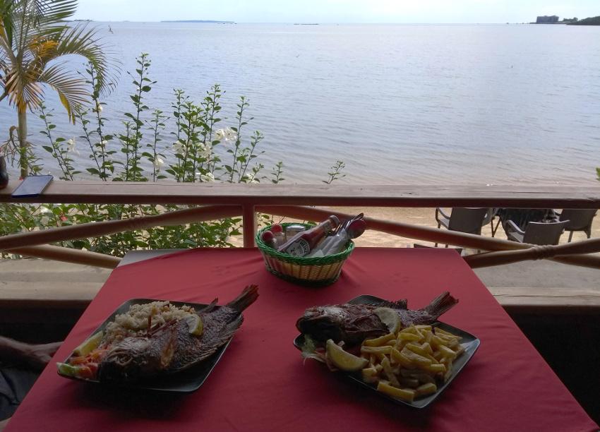 Schönes Abschlussessen in Entebbe am Viktoriasee.