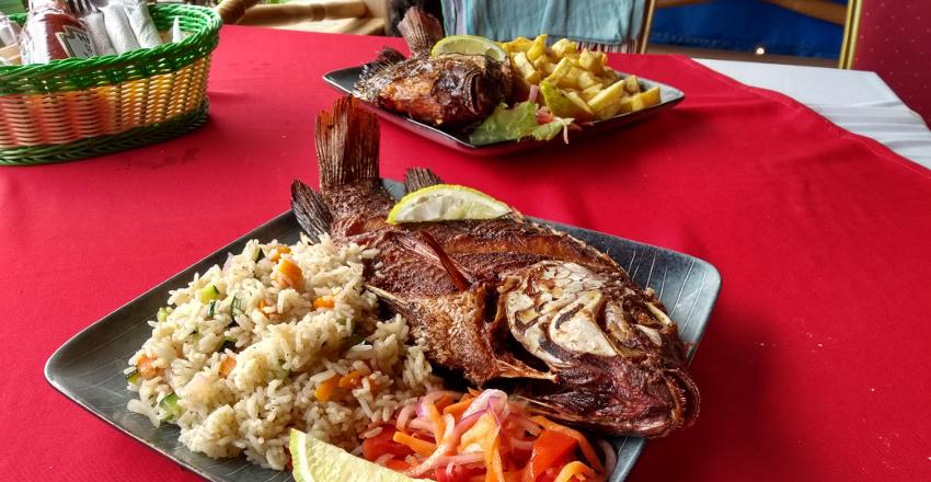 Frisch gefangen, frisch zubereitet: Tilapia aus dem Viktoriasee in einem Restaurant am Viktoriasee.
