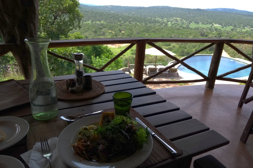 Essen mit Panoramablick in der Mihingo Lodge im Lake Mburo National Park Uganda