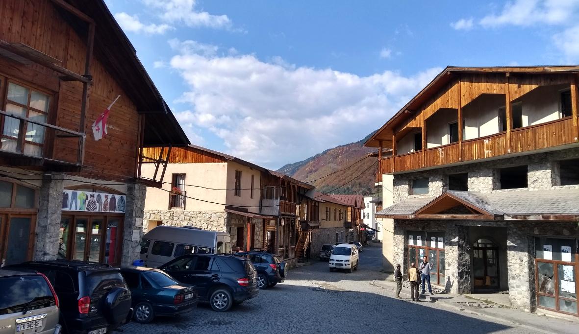Mestia erinnert uns an Skiorte in Österreich und an Queenstown in Neuseeland.