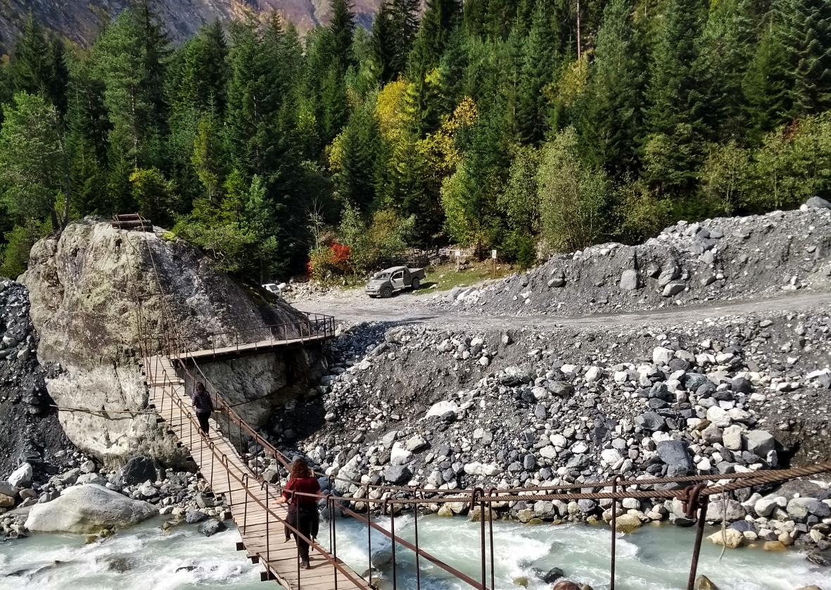 Über diese Brücke müsst ihr gehen.... erst dahinter beginnt der Wanderweg zum Gletscher.