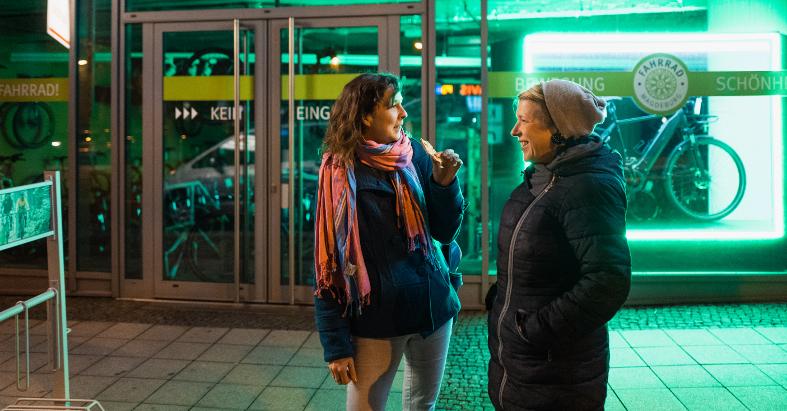 Stehempfang am Bahnhof: die Autorin mit Mit-Organisatorin Tessa Schulz