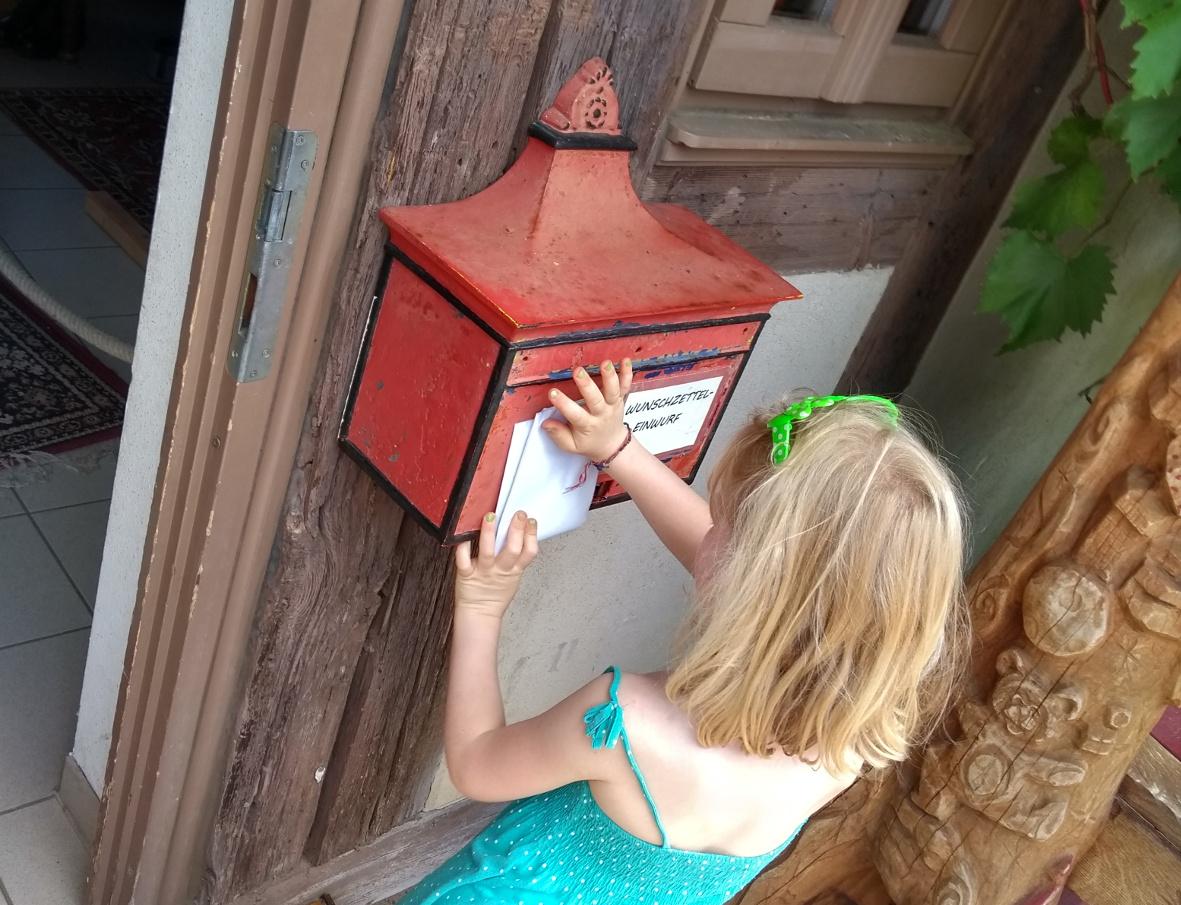 Auch im Sommer könnt ihr euren Wunschzettel am Weihnachtshaus einwerfen.